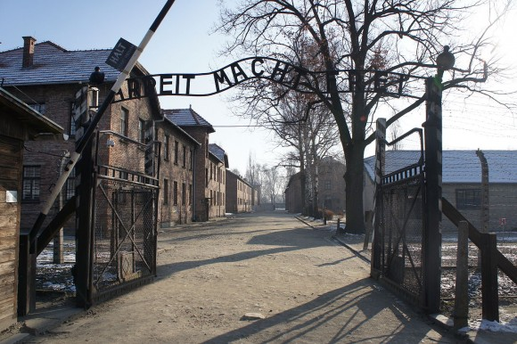 1280px-Auschwitz-Work_Set_Free-new